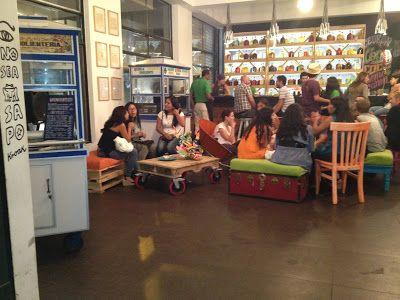 Pub  La Emolientería  a Lima in Perù completamente arredato con mobili in legno di pallet di legno