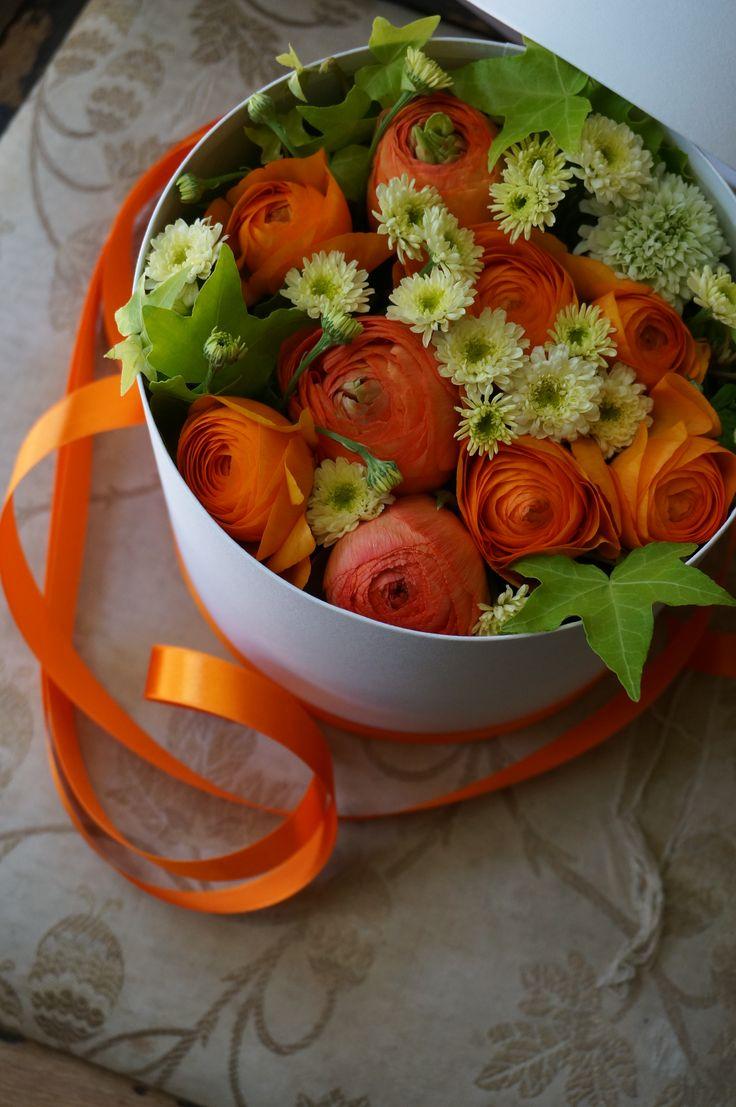 box flower:ranunculus and matricaria