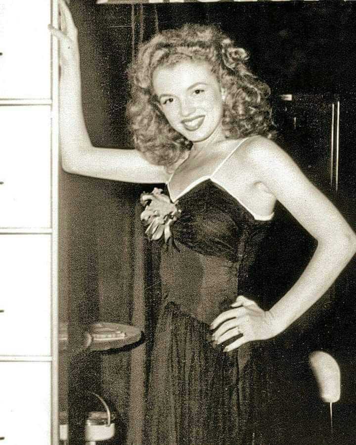 Norma Jeane (Marilyn Monroe) at a Blue Book Modeling agency assignment promoting Holga Steel Files at an industrial show 1945