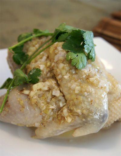 蔵王土鶏を仕入れたので、早速広東料理の茹で鶏「白切鶏」を作りました♪白切鶏は蒸し鶏ではなく、茹で鶏というのはご存知でしょうか?この辺はよく誤解されているようで>_中華含めて、東南アジアの蒸し鶏に見える鶏料理は実は蒸したのではなく、茹でてるのです!鶏は