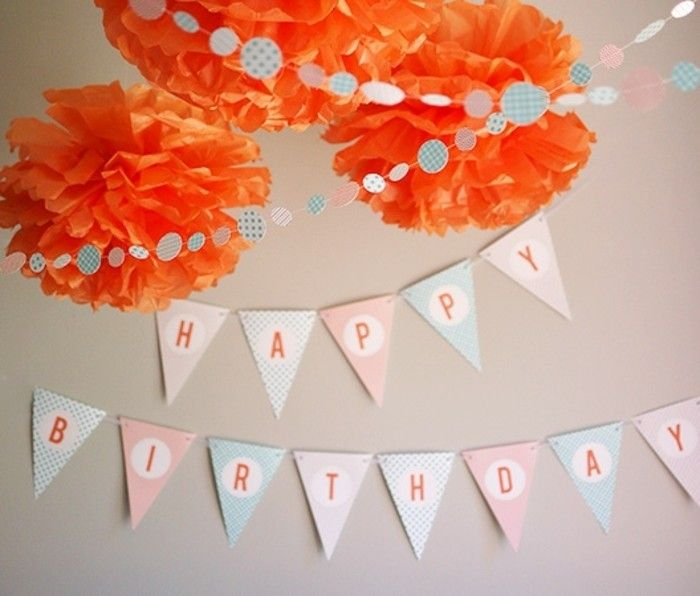 exemple de guirlande fanion pour souhaiter un joyeux anniversaire, decoration de fleurs orange en papier de soie