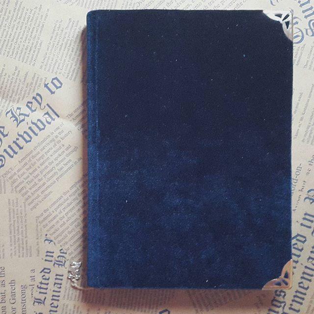 Блокнот в синем бархате - это самая настоящая книга, кот. отсуствовала в книжном. Почему бархат - тактильно это очень приятно, синий потому что тот самый любимый цвет, и еще передает настроение ''книги одиночеств'' Макса Фрая и Линор Горалик. Когда не могу найти книгу - делаю ее сама. #fogood #90916 #9september #книга #максфрай #кролик #синее #символы #бархат #madeinmoldova #блокнот #booklover #handmadebook #blue #rabbit #maxfray #перфекционизм