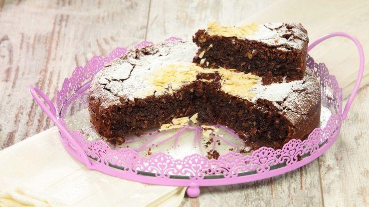 Ricetta Torta caprese: La torta caprese è forse il dolce al cioccolato più amato in Italia, che trova una folta schiera di entusiasti estimatori ovunque. Provate la ricetta!
