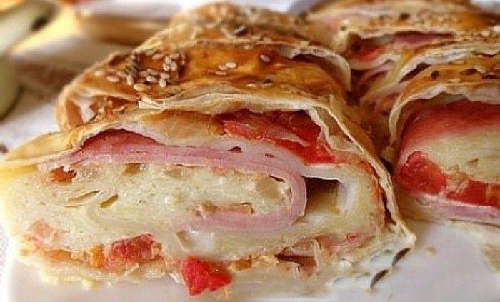 Listové těsto se často používá na slané recepty. Slaná roláda plněná šunkou, sýrem a rajčaty je výborná. Nádivku můžete obměňovat podle toho, na co máte právě chuť.