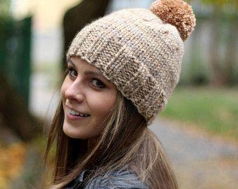 Artículos similares a knit hat knit beanie, slouchy beanie, sombrero mujer, gorro de cable, gorro grueso, punto, gorrita tejida, sombrero del pom pom, gorro de piel sintética pom pom en Etsy