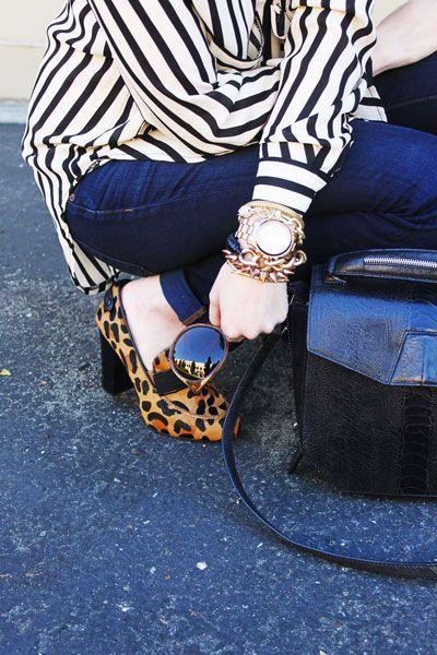 scarpe leopardate e camicia a righe bianca e nera
