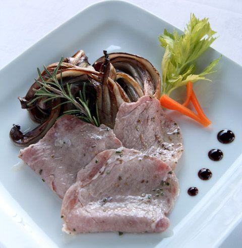 Filetto di maiale marinato alle erbe fini su radicchio rosso tardivo