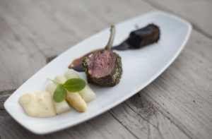 Lammkarree mit Petersilienkruste, Spargel vom Grill und Sauce Hollandaise - ein sehr feine Vorspeise