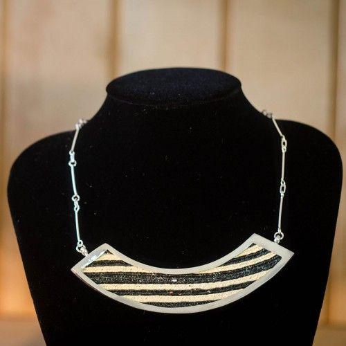 Collar y Aros Plata y Textil Tienda:Marta Morrison Modelo: Negro Precio: $159.900  Ver aquí: bit.ly/1GG0TTp