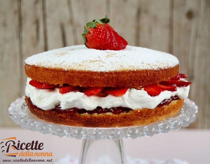 Questa torta soffice con panna e fragole è molto scenografica e davvero semplice da realizzare. La torta allo yogurt è sofficissima e il ripieno con marmellata panna e fragole molto goloso!