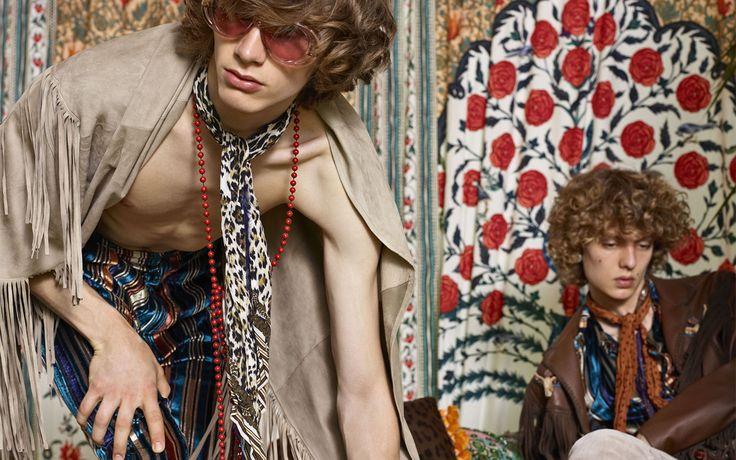 Peter Dundas (ピーター・デュンダス) による Roberto Cavalli (ロベルト・カヴァリ) 2017年春夏コレクションが公開された。Mick Jagger (ミック・ジャガー)、Keith Richards (キース・リチャーズ)、そして Rod Stewart (ロッド・スチュワート) をはじめとする70年代のロックスターをインスピレーションにした今季、パワフルでデカダン、そして刹那的な男性像はアーストーンのボヘミアンテキスタイルやダメージ加工を施したジャカードやシルク、コットン、そしてフリンジやエンブロイダリーといった装飾で表現されている。