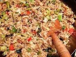 Kook de rijst. Maak boemboe van 1 uit, 2 knof, 2 tl sambal (of rode peper) en 1 tl trassi (+ 1 tl komijn, koriander, laos, kurkuma, gember). Fruit in olie en voeg de kip toe, daarna groenten toe zoals prei en wortel. Voeg ketjap toe en roer de rijst erdoor. Lekker met reepjes roerei, satesaus en/of gebakken banaan. Serveer met kroepoek, atjar, gebakken uitjes of ...