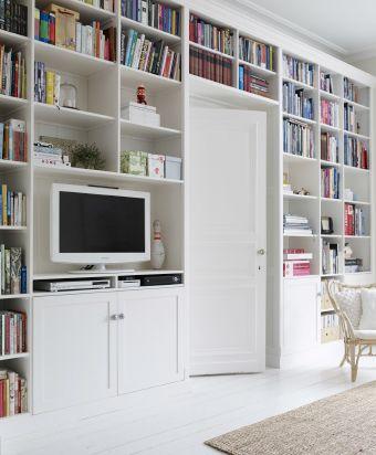 Estantes personalizadas completadas com portas IKEA sem tratamento