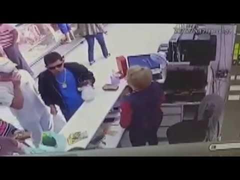 """Comerciante atira contra clientes de açougue por demora em fila - VER VÍDEO -> http://quehubocolombia.com/comerciante-atira-contra-clientes-de-acougue-por-demora-em-fila    Um crime por motivo banal aconteceu no final da manhã deste domingo (20) em um açougue localizado na Avenida Brasil, região do Maringá Velho. O comerciante Edinaldo Ferreira da Silva, 48 anos, conhecido como """"Naldo Makako"""", proprietário de box de frutas e verduras no Ceasa de..."""