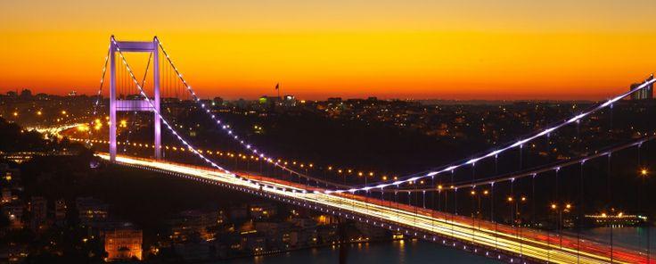 İki kıtayı buluşturmasından çok daha büyük marifetleri var elbette İstanbul'un. Bu kentte yolu düşmüş bir turist olduğunuzu düşünün! #istanbul