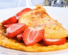 Omelette soufflée aux fraises : http://www.cuisineaz.com/recettes/omelette-soufflee-aux-fraises-75986.aspx