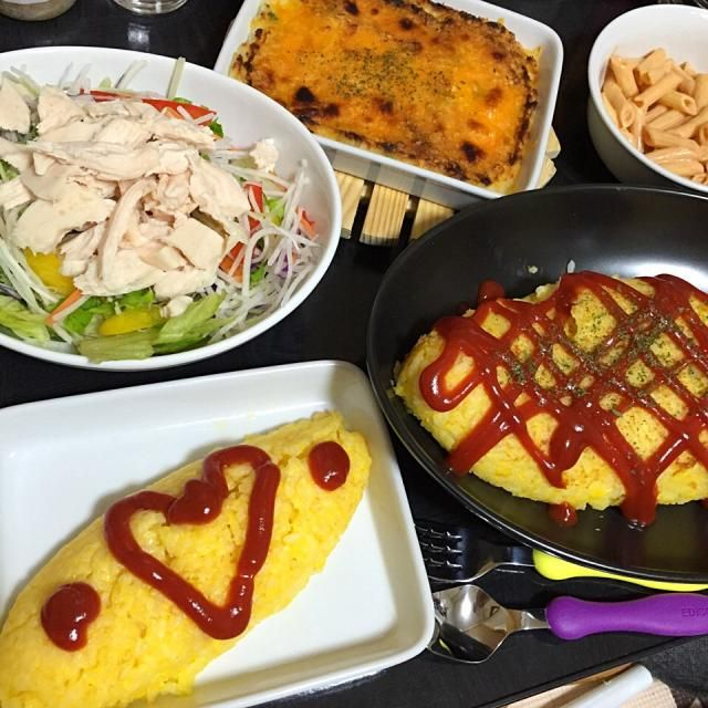 息子の2歳の誕生日でした♪( ´▽`) - 10件のもぐもぐ - 今日の晩ご飯は、焼き飯風オムライス、マッシュポテトのチーズ焼き、ペンネのオーロラソース和え、チキンサラダ。 by sakuyue