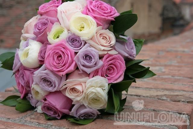 Buchet cu trandafiri mov, albi, roz si crem(29 fire)