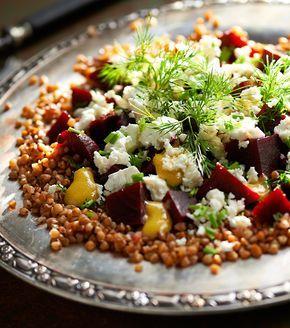 Sałatka z kaszy gryczanej, buraków i sera typu greckiego #lidl #przepis #kasza #salatka #jaglana #buraki