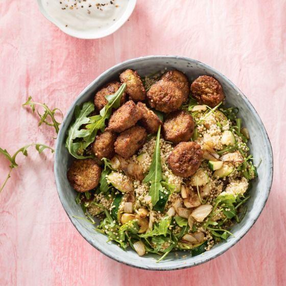 Het recept van de dag is: Quinoaroerbak met falafel en yoghurt!