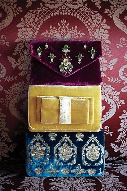 Clutchs de terciopelo aptos para una reina - The Luxury Spot
