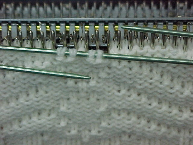 Knitting bobbles on the knitting machine