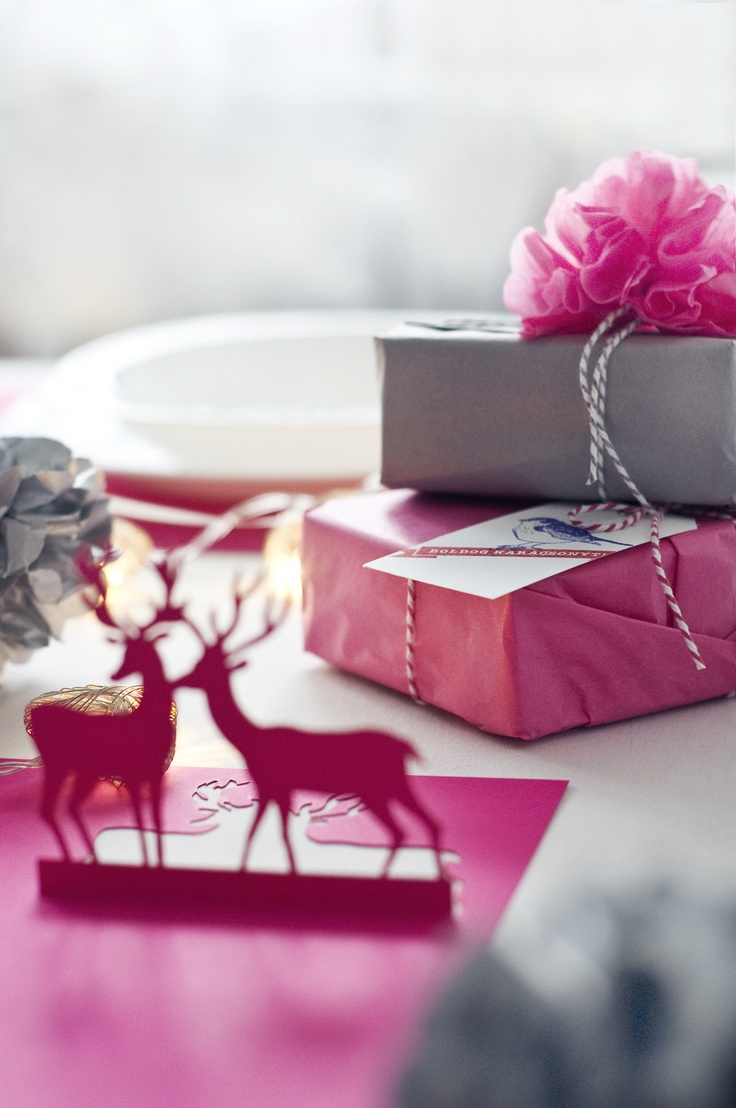 Gift wrapping (tissue paper, pompom, Baker's twine, label with stamp) and paper placemat - www.karcsipapir.hu