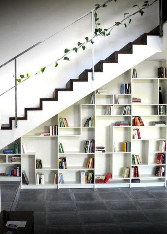 """<p style=""""text-align: justify;"""">Pour donner cet aspect et réussir à glisser la bibliothèque sous l'escalier, les propriétaires ont utilisées une scie pour qu'elle..."""
