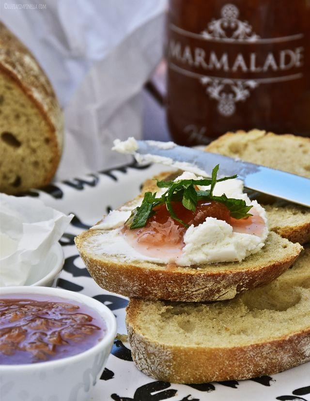 food love   rezept für rhabarber-konfitüre / -marmelade mit vanille und orange auf ziegenfrischkäse   luziapimpinella.com