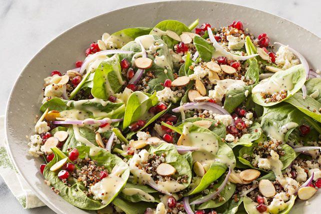 Cette salade aux couleurs appétissantes marie les saveurs délicieuses de la grenade, du féta et des amandes grillées à celle de la vinaigrette aux graines de pavot.
