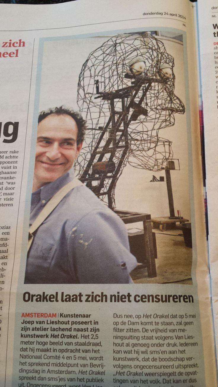 Een hoofd dat de sms-jes laat horen die gestuurd worden met de doden herdenking. Algemeen Dagblad 24 april 2014