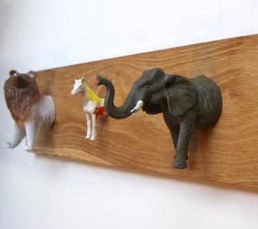Van spullen die achtergelaten zijn bij de Kringloopwinkel kun je zoveel leuks maken! Zoals bijvoorbeeld deze kapstok, gemaakt van oud speelgoed! Perfect voor in een stoere kinderkamer, vind je niet? #Kringloop
