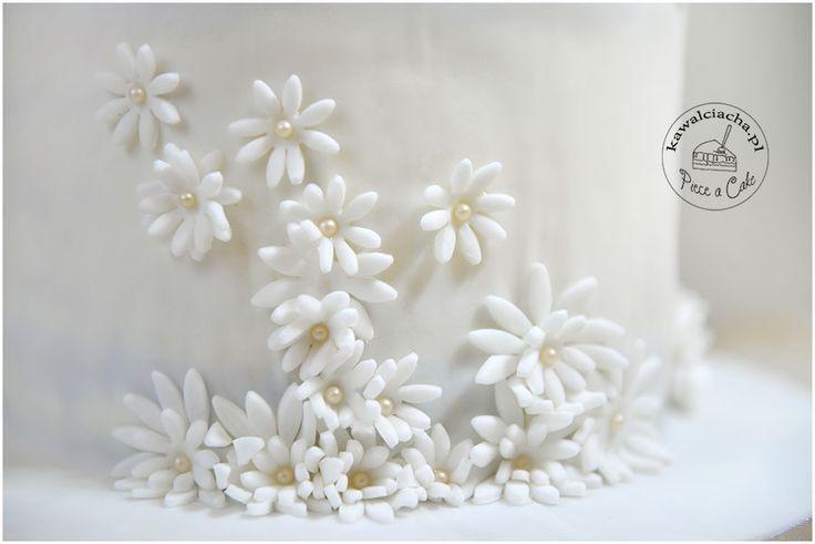 wiosenne, cukrowe kwiaty - element tortu jednorożec Więcej na www.pieceacake.pl