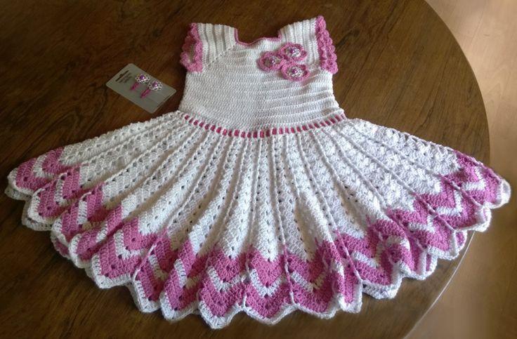 Hækleopskrift på en rigtig sød kjole til små piger.