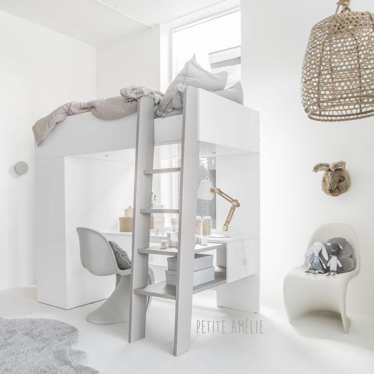 Voor kinderen is een hoogslaper natuurlijk stoer en helemaal te gek. Een plek om lekker knus in te slapen, te klimmen, huiswerk te maken en spullen in op te bergen. Hoogslapers zijn een uitstekend alternatief voor kinderkamers met beperkte ruimte. Een bed, een kinder bureau en een kast binnen 2,5 m2.