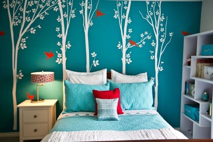 chambre de fille ado en blanc et turquoise, avec déco murale autocollants arbres