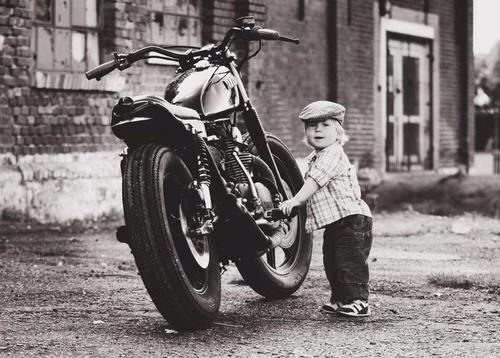 Guardiamo l'assenza di targa/luci/frecce sulla motoretta o osserviamo il motociclista e il suo prestigioso berretto?