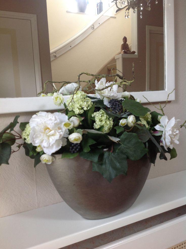 Zijde bloemen compositie in de hal.