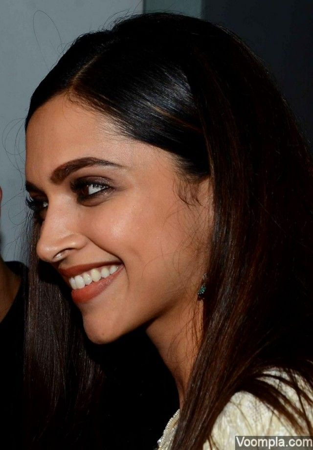 This beautiful photograph captures Deepika Padukone's gorgeous smile, natural eyebrows and a diva-like gleam in her eyes. via Voompla.com
