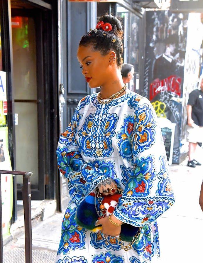 New York'un enerjisiyle uyum sağlayan rengarenk görünümüyle sahne Rihanna'nın.  Stil ilhamı için >> http://vogue.com.tr/sac/rihannanin-saclarindaki-cicek-bahcesi ♥♥♥