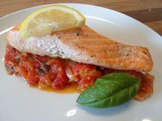 Köstlicher Zitronenlachs mit geschmorten Tomaten. Das Low Carb Rezept für dieses Gericht ist jetzt auf unserem Blog online! www.leckerabnehmen.com