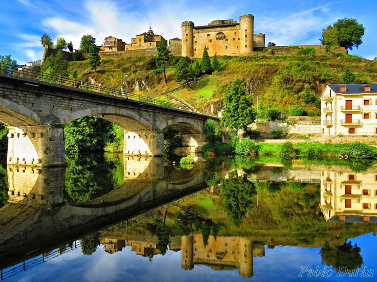 Puebla de Sanabria (Zamora). Puente sobre el río Tera y castillo al fondo