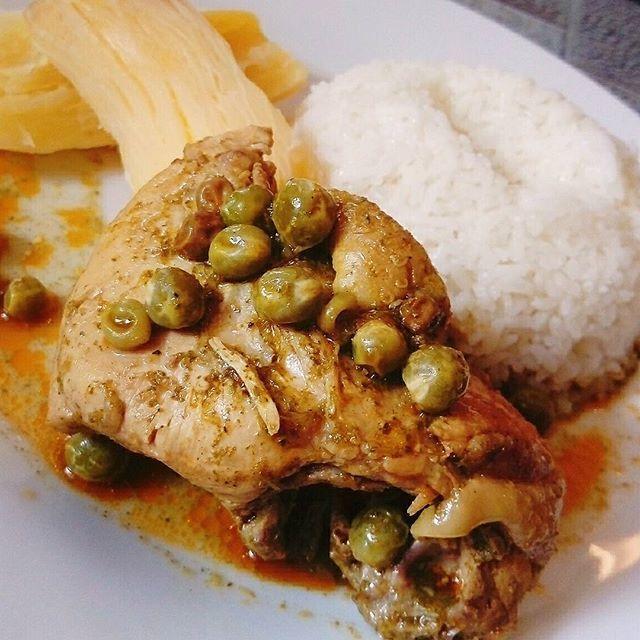 Seco de Pollo con yuca sancochada + sabroso y graneado arroz.  El seco es un guiso peruano se puede hacer de cualquier carne... Quizá el más tradicional es el seco de cabrito servido con frejoles (porotos). Recetas hay muchas, pero los ingredientes que no pueden faltar y que dan al seco su sabor característico son el cilantro (culantro) licuado y la cerveza.  #recetas #cocinasana #cocinaencasa #comidaperuana #Peru #foodie #foodblogger #secodepollo #instafood