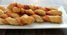 Parce que c'est connu mondialement qu'on n'a jamais assez de recettes faciles pour commencer la soirée avec sa dose de bacon, je vous présente aujourd'hui la petite baguette enroulée de bacon!