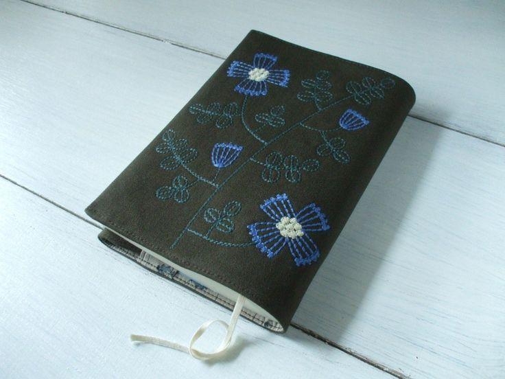 花刺繍の文庫本ブックカバー 茶