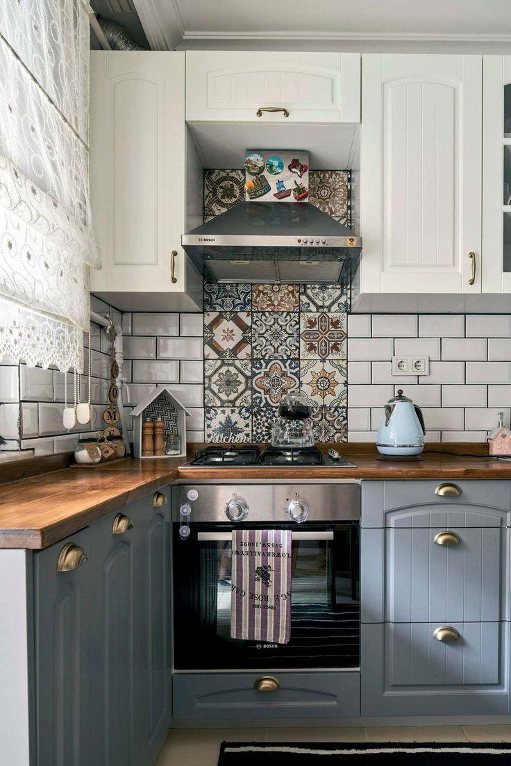 Holzbank in grauen und weißen Schränken. Rustikale Küche der Meeresdame