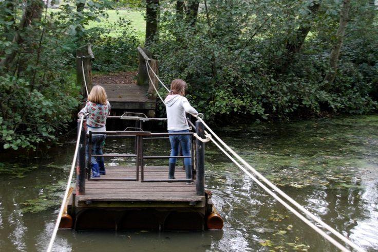Doepark Nooterhof is een groene oase in Zwolle. Een geweldige plek met natuurspeeltuin, water, een trekpontje, tuinen en een heerlijk theehuis.