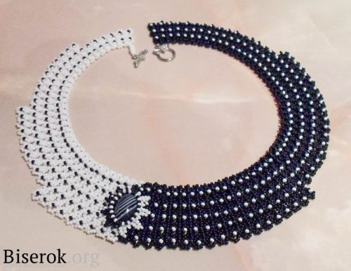There is so much to like about this black and white Domino beaded necklace tutorial by Anton Ivanov. It's not just a picture of contrast. The simple netted beaded design is also asymmetrical as the bl