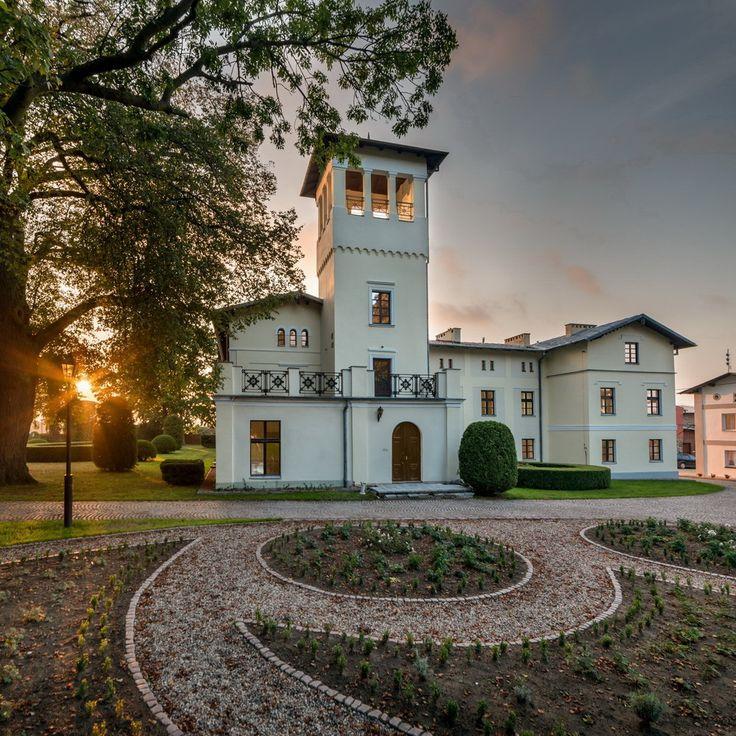 Pałac w Kłaninie wybudowany w połowie XVII w., jednak obecny, eklektyczny kształt, zawdzięcza przebudowie z końca XIX w. Obecnie - hotel.