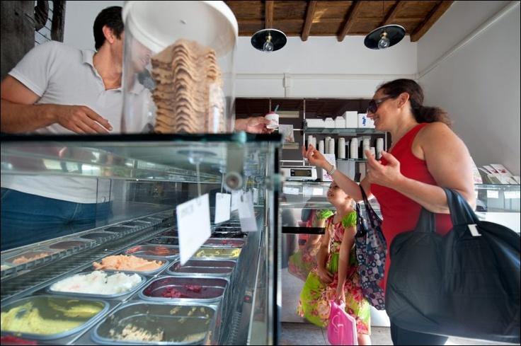 Alessandro Maggio i Fatamorgana har issmaker for de fleste, også mojito eller rosmarin-sjokolade. Carmelita Ribba og datteren Giorgia (7 ½) velger noe litt tryggere. Foto: GJERMUND GLESNES